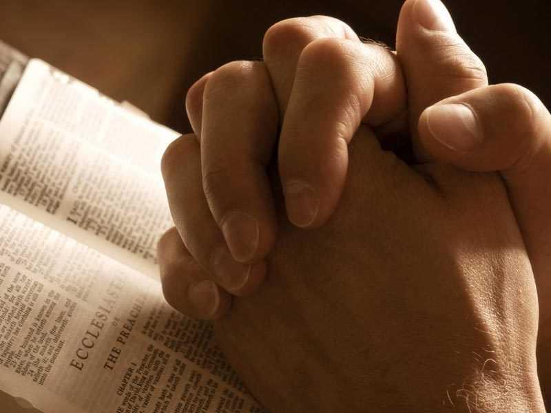 Чтение молитвы, руки в молитве
