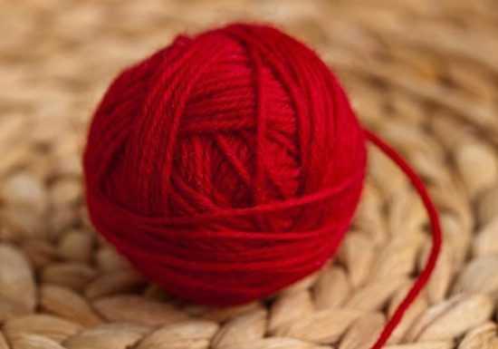 Моток красных шерстяных ниток