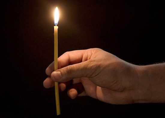 Горящая свеча в руке