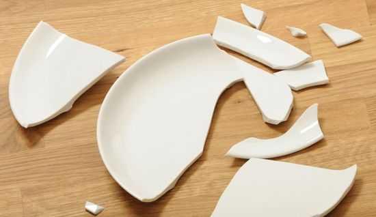 Разбитая фарфоровая тарелка