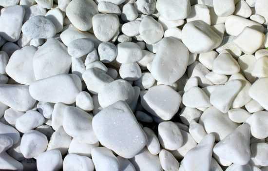 Придорожные камушки белого цвета
