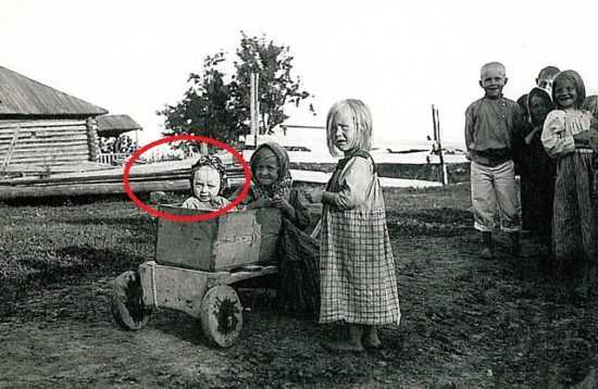 Фото маленькой ясновидящей во дворе