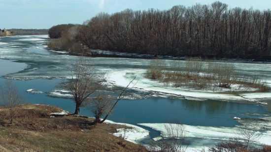 Ранней весной берег реки