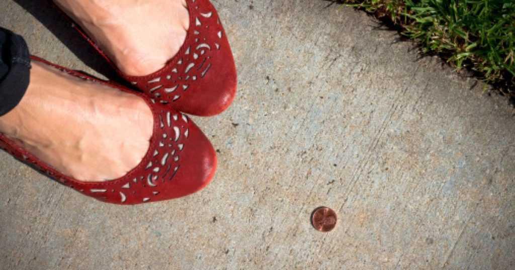 Поднимать монету