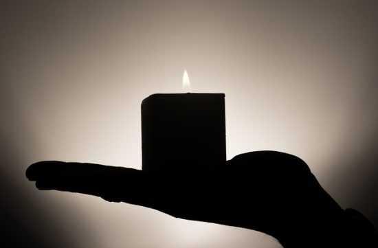 Тень свеча на руке