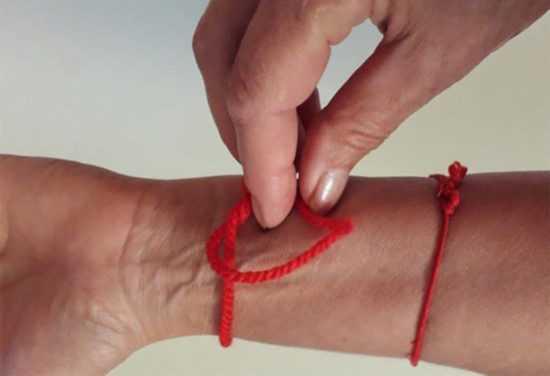 Красная нить на левой руке