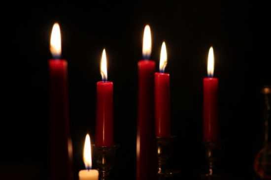 12 красных свечей