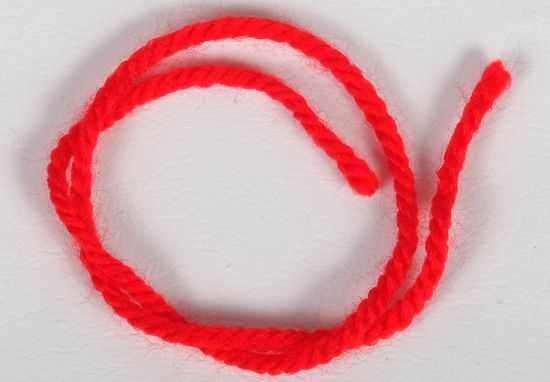 Красная нить из шерсти