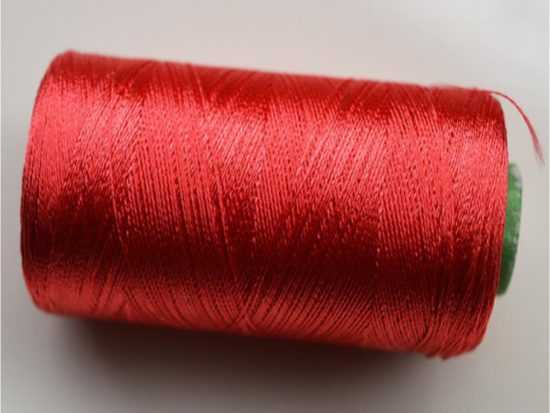 Шелковая нить красного цвета