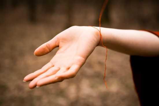 Красная нить на правой руке