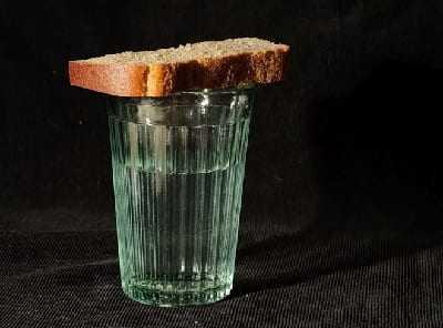 Стакан воды с хлебом