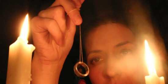 Гадание с обручальным кольцом матери