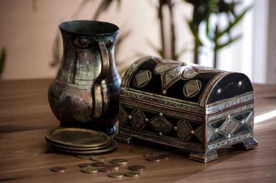 Шкатулка и монеты