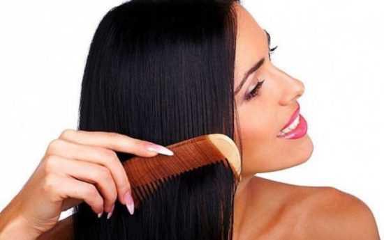 Расчесывание волос гребнем