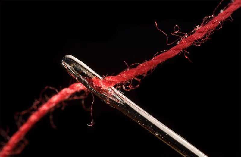 Красная нить с иглой