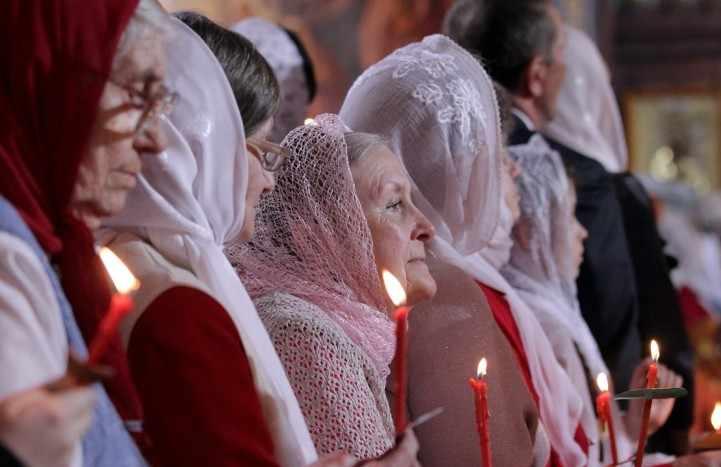 женщины в церкви в платке и юбке