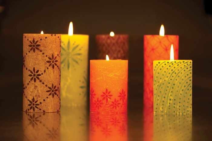 Разноцветные свечи с узорами