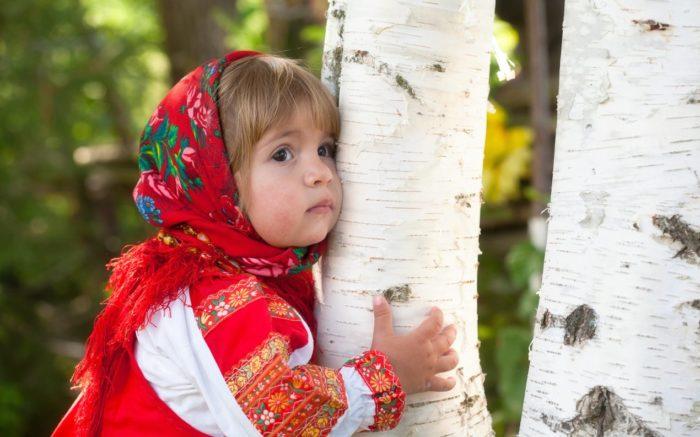 Девочка обнимает березу