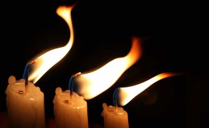 Как правильно поставить свечу от порчи?
