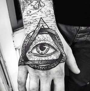 Татуировка глаз в пирамиде