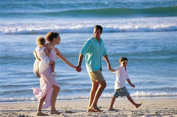 Счастливая семья на пляже