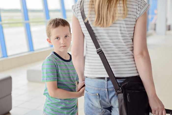 Грустный мальчик с мамой