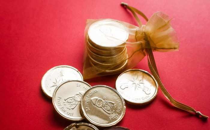 Монеты на красной ткани
