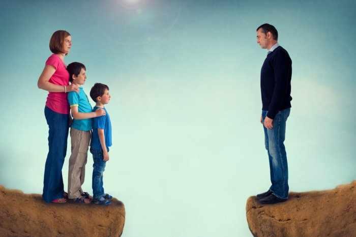 Женщина с детьми напротив бывшего мужа