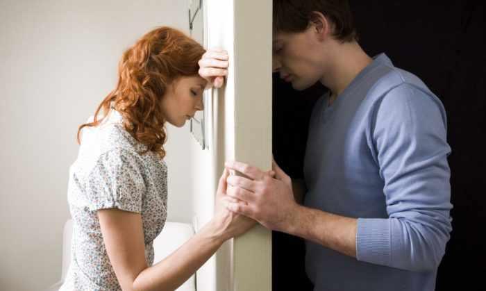 Влюбленные по разные стороны стены