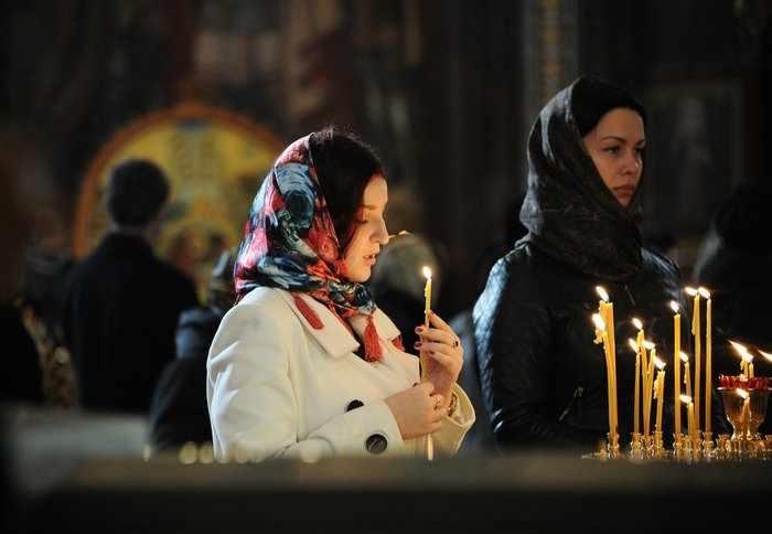 Девушки в церкви