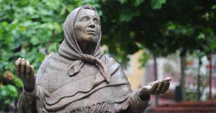 Памятник прорицательницы Ванги