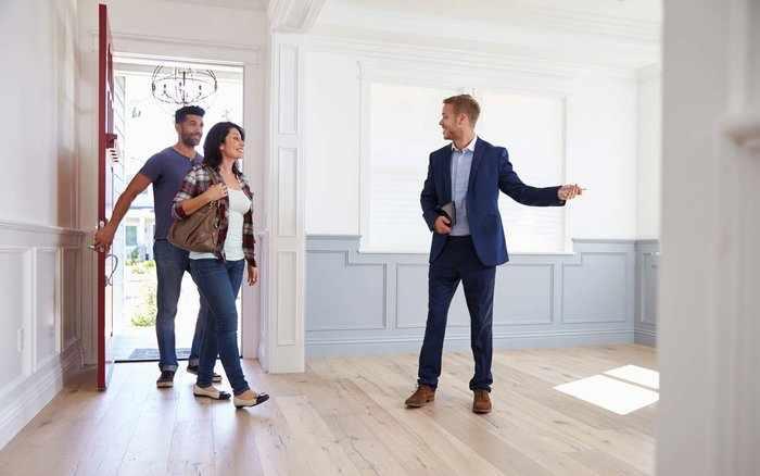 Хозяин показывает квартиру покупателям