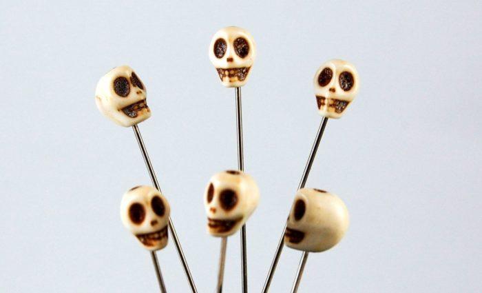 Необычные булавки, украшенные черепами