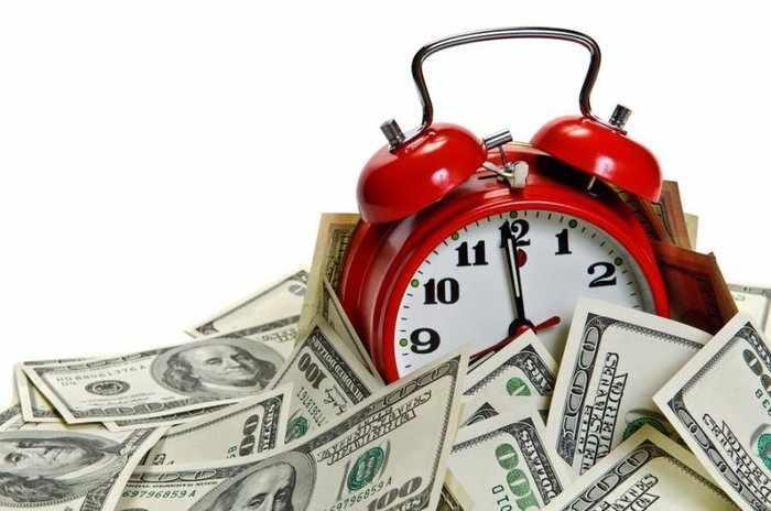 Символичный макет - часы и доллары представляют быструю продажу